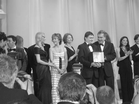 Les lauréats sur la scène après la remise des prix de g à d : Diane Kruger, maîtresse de la cérémonie, Jane Fonda, Charlotte Rampling, Cristian Mungiu, Stephen Frears... (photo Blog Cannes Hugo Meyer)