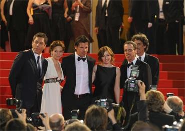 l'équipe du film posent sur les marches (photo L'Oréal Cannes)